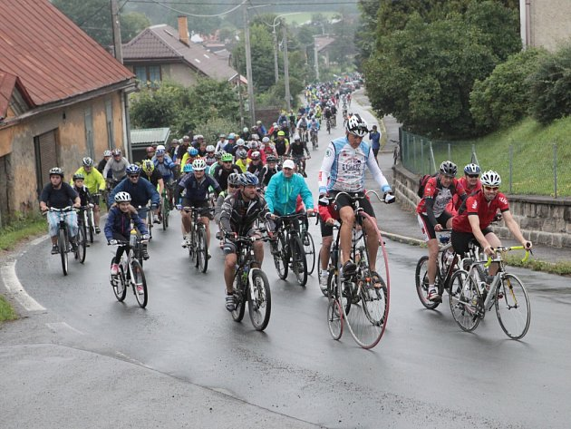 Početný peloton Na kole dětem Žďárskými vrchy vedli Aleš Wasserbauer a Jozef Zimovčák. Bezpečnost zajistili policisté, jejich dvě auta jezdce provázela po celé trase.