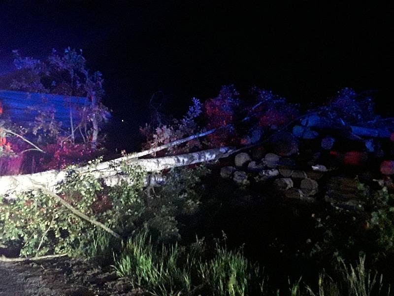 K více než dvěma desítkám zásahů museli v sobotu večer a v noci na neděli hasiči vyjíždět na Vysočině. Bouřky a silný déšť komplikovaly život nejen řidičům.