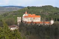 Vycházkové trasy z Nedvědice povedou i k Pernštejnu.