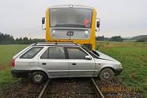 Do cesty vlaku vjel řidič osobního auta na železničním přejezdu v Rodkově. Řidič se zranil, cestující ve vlaku zraněni nebyli.Nehoda se stala ve středu 20. září ráno.