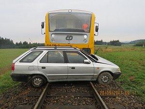 Řidič přehlédl vlak na přejezdu u Rodkova, při nehodě byl zraněn