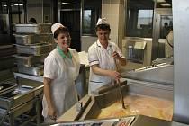 Bystřická vyvařovna vznikla přebudováním a rozšířením kuchyně základní školy v Nádražní ulici. Provoz byl zahájen v září 2004. Nepodařilo se však najít tolik odběratelů, aby její kapacita mohla být plně využita a vyvařovna prosperovala.