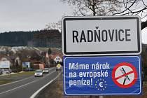 """Modrou cedulí chtějí obce upozornit vládu, že dělení peněz z EU nemá být """"hrabáním pod sebe""""."""