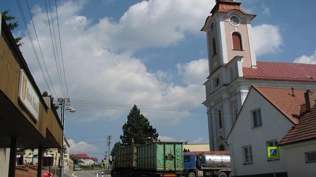 Silnice mezi Žďárem nad Sázavou a Jihlavou protíná Nové Veselí asi na třinácti set metrech. V tomto úseku je několik nepřehledných zatáček a další nebezpečná místa, navíc ne všichni řidiči dodržují povolenou rychlost.