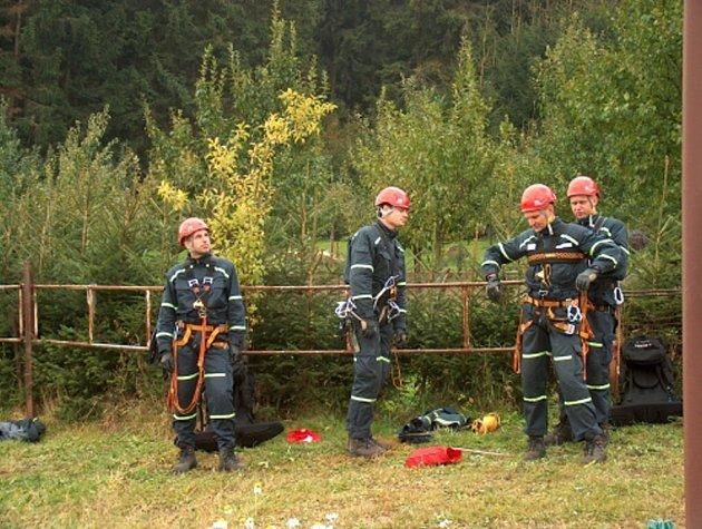 V Novém Městě na Moravě si záchranáři na vlastní kůži vyzkoušeli, jak by to vypadalo, kdyby bylo nutné evakuovat lyžaře z lanovky na Harusově kopci.