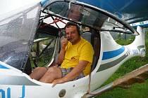 Ondřej Šilhan z Třebíče byl tím pilotem, který v sobotu provedl průlet nad Westernovým městečkem Šiklův mlýn ozvláštněný barevným dýmem.