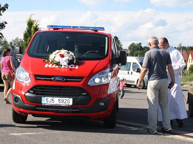 Sbor dobrovolných hasičů Tři Studně na Novoměstsku má nový dopravní automobil. Vozidlo, kterému ve středu 5. července žehnal fryšavský farář Jiří Janoušek, hasiči postrádali dlouhých osmnáct let. Jedná se o devítimístné vozidlo. Uvnitř jsou hasicí přístro