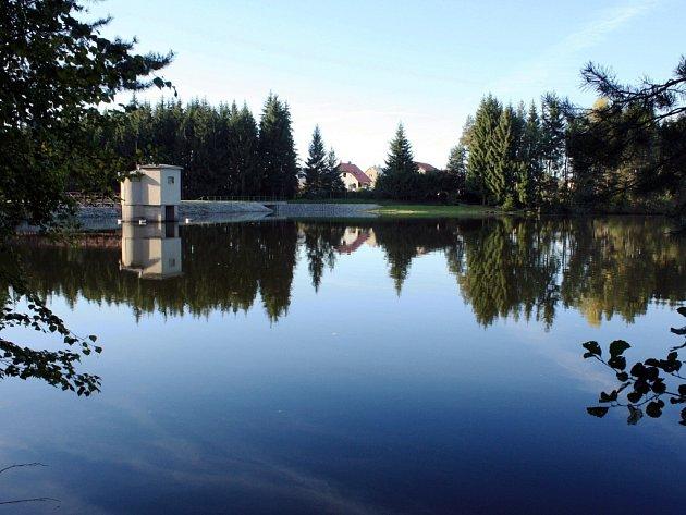 Vodní nádrž vznikla koncem 50. let minulého století. Původně měla zásobovat Žďár nad Sázavou pitnou vodou. Nyní slouží jako záložní zdroj a ochrana města před povodněmi. V jejím sousedství vybudovali ochranáři tůně pro obojživelníky.
