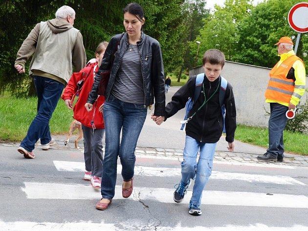 Bezpečnostní asistenti, kteří dávají pozor na přechody v blízkosti škol a na místech s rušným provozem, se ve Žďáře nad Sázavou osvědčili.