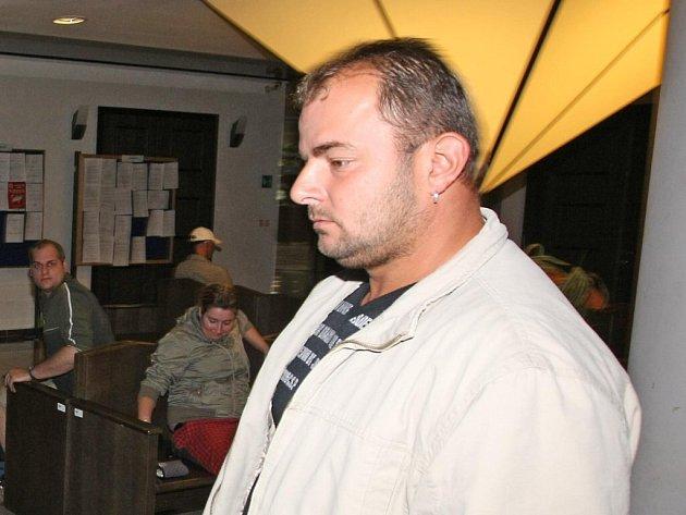 Pětatřicetiletý Leonidas Pavlidis vstupuje do soudní síně. Muž čelí obžalobě z výtržnictví.