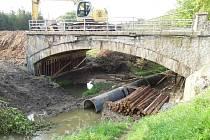 Policie obvinila z pádu mostu ve Vilémově na Havlíčkobrodsku celkem deset lidí. Most se zřítil při rekonstrukci minulý rok v září. Pod sutinami zemřeli čtyři dělníci.