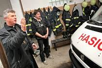Požehnání se dočkaly nejen příbytky, ale všechny domy, kde o to projevili zájem. Pavel Habrovec (vlevo) třeba v pondělí požehnal v Radostíně i hasičské stanici. Žehnáním domů začaly ve farnosti lidové misie. Potrvají do 23. listopadu.