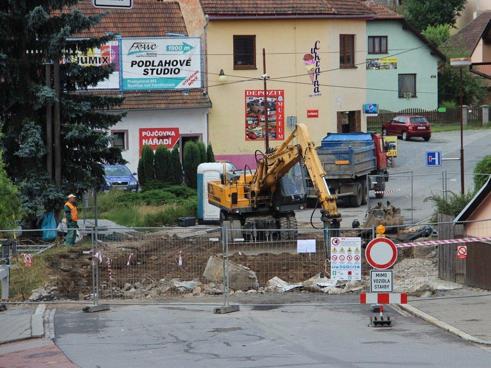 V dubnu počítá Kraj Vysočina se začátkem oprav dalších úseků krajských silnic. K těm loňským patřila například rekonstrukce mostu na silnici druhé třídy 357 v Nádražní ulici v Bystřici nad Pernštejnem.