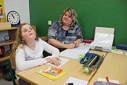 VE ŠKOLE. Linda Jůdová se může zapojit do výuky i díky pomoci své tety a zároveň asistentky Markéty Jůdové.