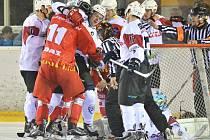 Po dvou odehraných zápasech mají žďárské Plameny (v červeném dresu) na svém kontě jednu těsnou porážku i výhru.