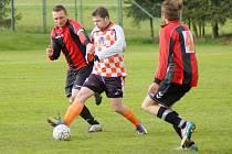 Fotbalisté rezervy Nové Vsi (v pruhovaných dresech vlevo záložník Petr Bureš a vpravo se čtyřkou obránce Milan Klement) podlehli ve 22. kole Borům 1:3.