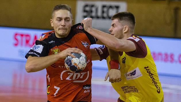Podobné souboje jako při vzájemném extraligovém utkání mohlo nabídnout finále českého poháru mezi házenkáři Nového Veselí (v červeném dresu) a Duklou Praha.