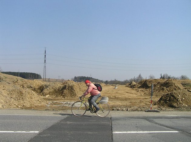 Místo, kde se od dubna začne budovat okružní křižovatka, která napojí na Brněnskou ulici průmyslovou zónu Jamská.