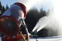 Mrazivé počasí posledních dnů umožnilo výrobu technického sněhu.