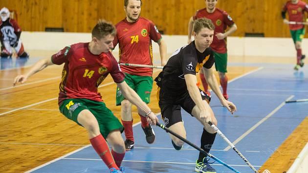 Sérii mezi žďárskými Hrochy (v černém) a Horní Suchou (v červeném) rozhodne až úterní pátý zápas.
