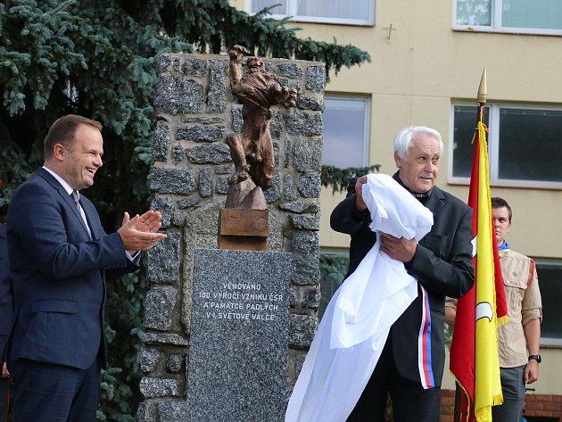 VIDEO: Makovského Lev nyní stráží památník padlým