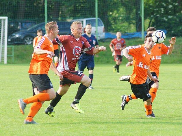 Ve složité situaci jsou dvě kola před koncem letošního ročníku I. B třídy fotbalisté Štěpánova (v oranžovém). K záchraně v soutěži potřebují oba zbývající zápasy zvládnout.