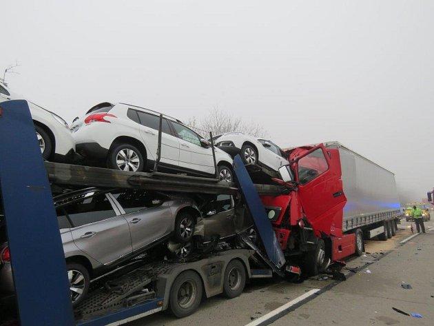Vážně zraněn byl jeden z řidičů, třiašedesátiletý Slovák. Záchranáři ho převezli do nemocnice v Brně.