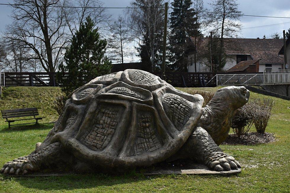 Obří betonová želva je umístěna v parku u řeky.