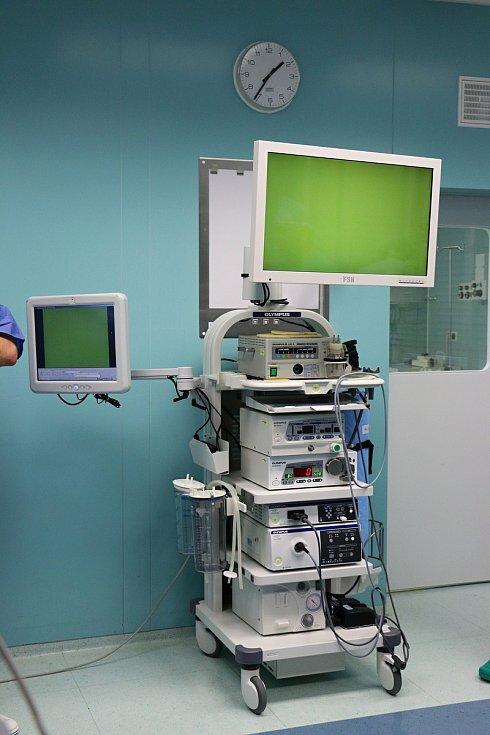 V roce 2018 představili lékaři urologického oddělení novoměstské nemocnice veřejnosti novou urologickou věž. Díky ní mohou provádět operace miniinvazivním způsobem.