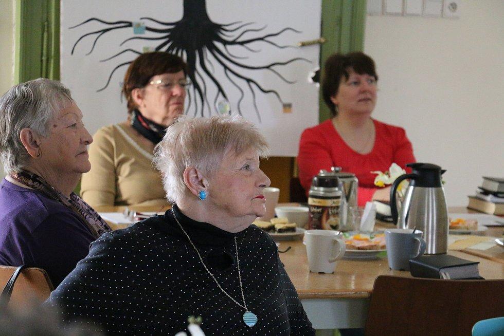 Novoměstští senioři se v presbyterně evangelického kostela scházejí pravidelně jednou za měsíc. Tentokrát je navštívila historička Silva Smutná. Tématem jejich povídání byly tradiční recepty.