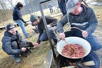 Malé gastronomické hody zpestřily sobotní program na sjezdovce v Novém Jimramově. Lidé mohli ochutnávat z pěti různých domácích gulášů, kteří místní kuchtíci připravovali z vlastních surovin a vařili v kotlících na otevřeném ohni přímo pod hlavním svahem.