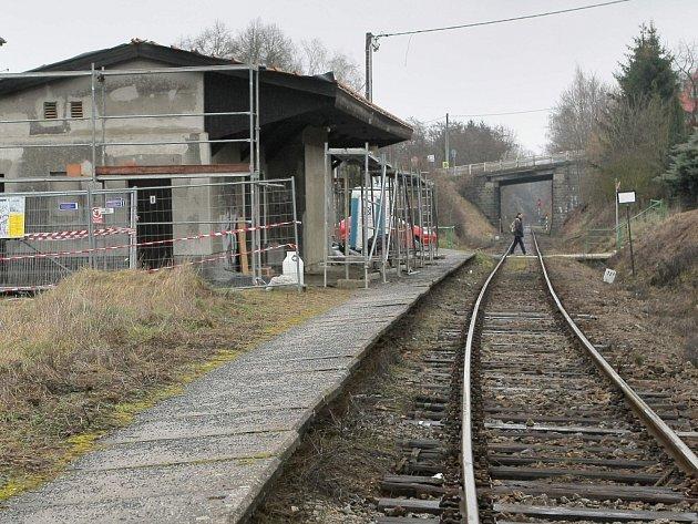 Cestující letos budou mít na vlakové zastávce v Družstevní ulici ve Velkém Meziříčí k dispozici příjemnější prostředí. Vlastník budovy, Správa železniční dopravní cesty, domek u trati právě rekonstruuje.