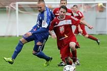 Fotbalisté Velkého Meziříčí na hřišti Tasovic vedli gólem Jaroslava Dufka (v červeném). Nakonec si ze Znojemska přivezli bod za remízu 1:1.