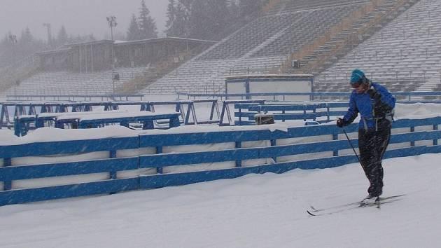 Chuti vyzkoušet si závodní tratě ve Vysočina Areně neodolalo v pondělí několik desítek amatérských běžkařů. Bojovali však s hustým sněžením.