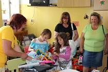 Tentokrát moravecké ženy do nemocnice přivezly například elektronickou váhu pro kojence, dětské stolky se židličkami, kočárek pro panenky, pelíšek a deky pro malé děti, stolní hry, kapsáře na hračky a další věci.