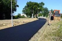 Asfaltový povrch přibyl počátkem týdne na jedné ze tří částí cyklostezky, která má být vybudována mezi Hamry a Žďárem.