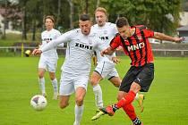 V posledních dvou utkáních se divizním fotbalistům FC Žďas (v bílém) příliš nedařilo. Nejprve doma podlehli Hodonínu 0:6, v sobotu pak na Startu Brno padli dokonce 0:8!