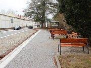 Dopravní omezení v Santiniho ulici ve Žďáře nad Sázavou skončilo. Od 6. září tam dopravu kyvadlově řídily přenosné semafory. Provoz byl omezen z důvodu výstavby nové autobusové zastávky a přechodu pro chodce.