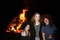 Pálení ohňů v magickou Filipojakubskou noc si nechá ujít jen málokdo. Ilustrační foto.