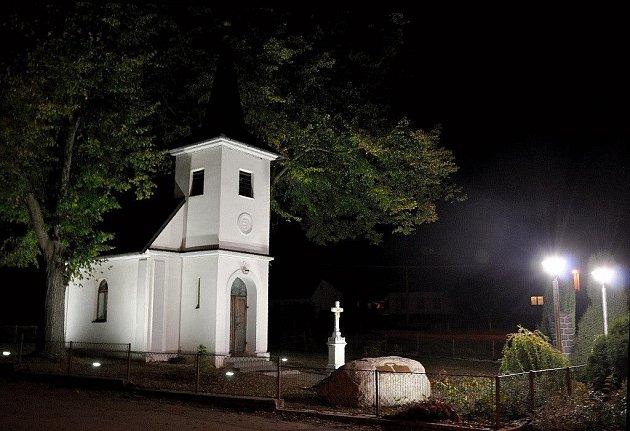 Architektonické nasvětlení stavby se poprvé rozsvítilo po setmění v pondělí 19.října 2009. Světla jsou bílého odstínu a barevně nezkreslují fasádu kaple.