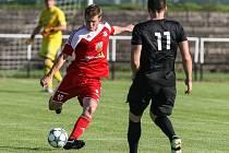 Fotbalisté Velkého Meziříčí (v červeném) vstoupili do nového ročníku MSFL pravou nohou. Po třech kolech jsou s plným počtem bodů na čele tabulky.
