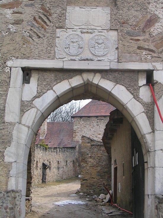 Cyklistická trasa vede na hrad Pernštejn.