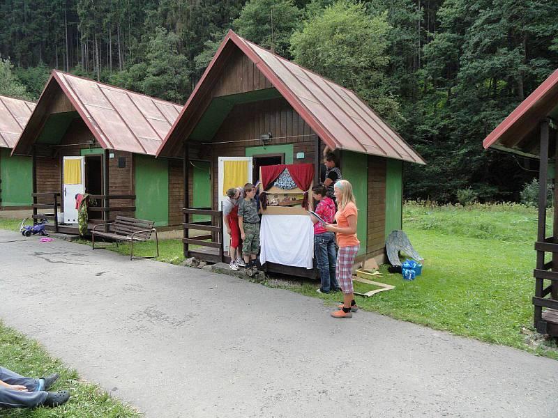 Pod vedením Marcely Tučkové, která vyučuje angličtinu podle metody Helen Doronové, se na začátku srpna konal u Víru dětský vzdělávací tábor. Zúčastnily se ho děti od zhruba dvou do čtrnácti let z Bystřice nad Pernštejnem a okolí, Náchoda a Hradce Králové.