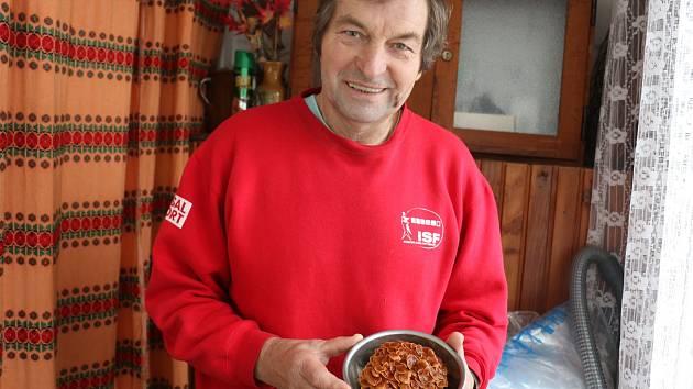 Petr Hubáček (na fotografii) je výšnivým houbařem.