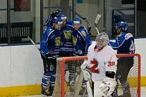 Premiérové body získali hráči Velkého Meziříčí (v modrém) ve druhé lize výhrou v derby proti Žďáru.