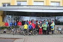 Před startem - účastníci tradiční novoroční vyjížďky, kterou pořádají žďárští cyklisté. Letos jich do pedálů šláplo na čtyřicet.