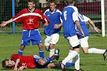 Herálec (na zemi autor druhého gólu Luboš Stojan) s Novou Vsí předvedly bojovné a agresivní utkání, které nemělo vítěze. Remíza však více potešila tým z Havlíčkobrodska, který se tak před posledním kolem zachránil.