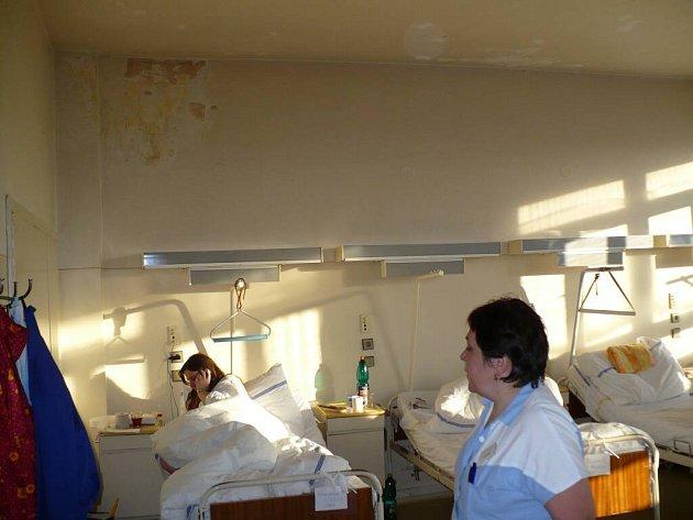 Každý větší liják se na novoměstské interně okamžitě projeví. Do pokojů zatéká a z map na stěnách je nutné odstraňovat plíseň.