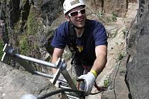 """Cesty v horském terénu vybavené jisticími lany, žebříky, úchyty a stupačkami zpřístupňují náročný terén i pro """"nehorolezce"""" a získávají si mezi lidmi stále větší oblibu."""