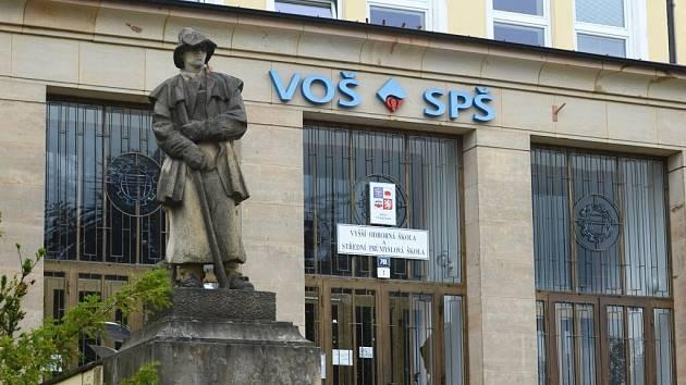 Název nad dveřmi žďárské průmyslovky zůstane i po sloučení stejný.